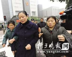 张明宝的妻子在亲戚的搀扶下走出法庭。范晓林 裴睿 摄