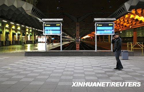 11月28日,一名旅客在俄罗斯圣彼得堡一火车站打电话。