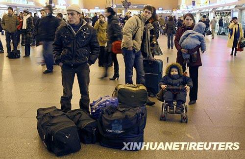 11月28日,一些旅客在俄罗斯圣彼得堡一个火车站候车。新华社/路透