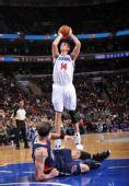 图文:[NBA]老鹰胜76人 史密斯放倒毕比跳投