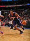 图文:[NBA]老鹰胜76人 约翰逊带球突破