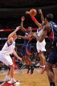 图文:[NBA]老鹰胜76人 约翰逊见缝插针