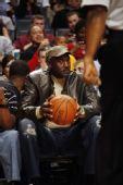 图文:[NBA]山猫胜骑士 乔丹现场观战1