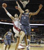 图文:[NBA]山猫胜骑士 伊尔戈斯卡斯突破上篮