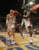 图文:[NBA]山猫胜骑士 皇帝后场拿球
