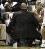 图文:[NBA]山猫胜骑士 皇帝脚部受伤表情痛苦