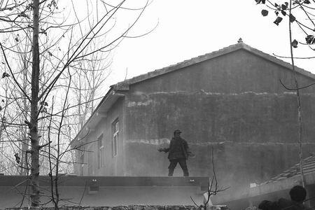 歹徒逃到邻居家,爬到房顶,被群众围堵