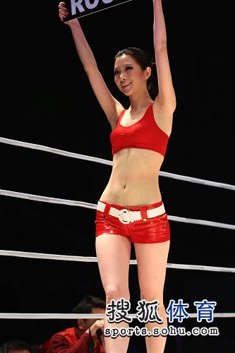 韩国美女掰开大腿_图文:综合搏击赛举牌小姐 美女大腿皮肤白皙