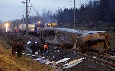 俄罗斯调查人员和救援队昨日在列车脱轨事故现场工作。