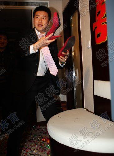 新郎庞伟找鞋子
