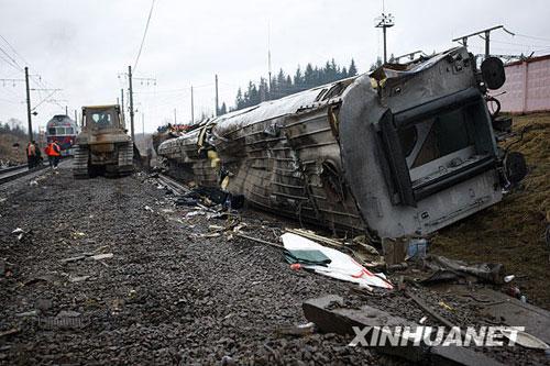 """11月28日在俄罗斯特维尔州博洛戈耶市拍摄的俄客运列车脱轨事故现场。27日晚,一列从莫斯科开往圣彼得堡的166次""""涅夫斯基""""特快列车在行驶至博洛戈耶市附近时发生脱轨事故,已造成百余人伤亡。据俄官方最新消息,这一事件是由自制爆炸装置引起的。新华社记者鲁金博摄"""