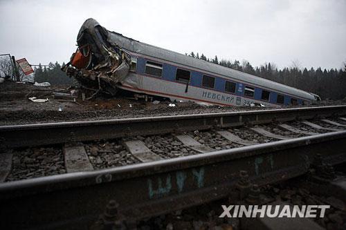 11月28日在俄罗斯特维尔州博洛戈耶市拍摄的俄客运列车脱轨事故现场。新华社记者鲁金博摄