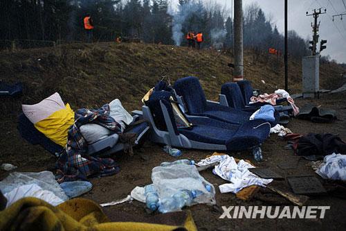 11月28日,在俄罗斯特维尔州博洛戈耶市,救援人员在俄客运列车脱轨事故现场进行善后工作。新华社记者鲁金博摄