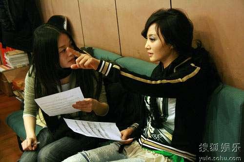 陶红和曾檐在录制歌曲过程中