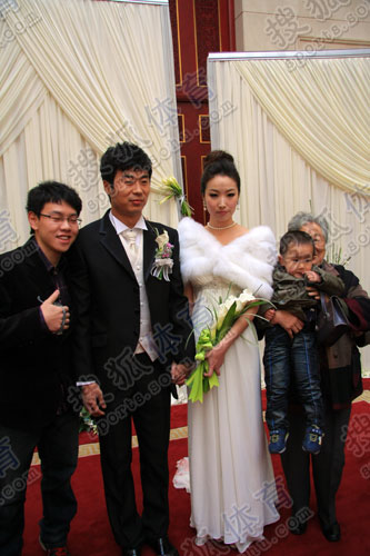 韩鹏和新娘亮相婚礼现场
