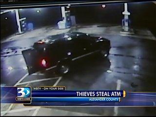 监控录像显示,一男子试图用卡车拖走ATM机