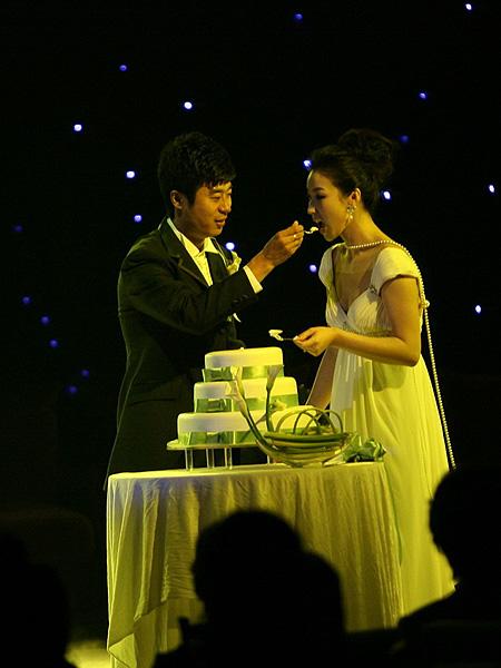 图文:[中超]韩鹏和甄珍大婚 新郎温情脉脉