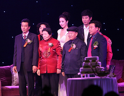 图文:[中超]韩鹏和甄珍大婚 新人和双方父母