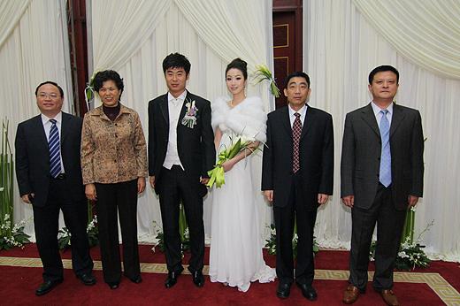 图文:[中超]韩鹏和甄珍大婚 新人和嘉宾合影