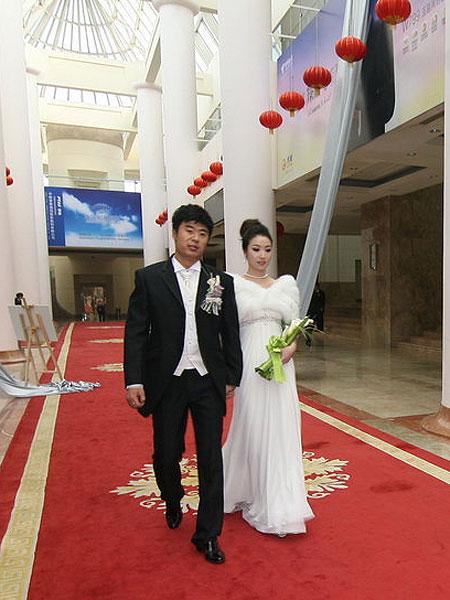 图文:[中超]韩鹏和甄珍大婚 新人步入礼堂