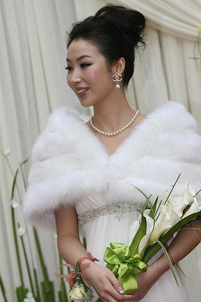 图文:[中超]韩鹏和甄珍大婚 新娘满脸红晕