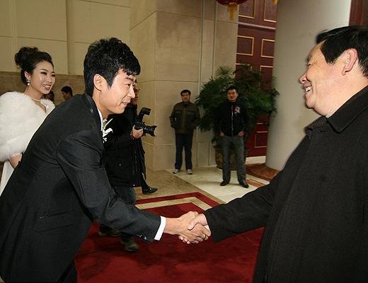 图文:[中超]韩鹏和甄珍大婚 韩鹏和嘉宾握手