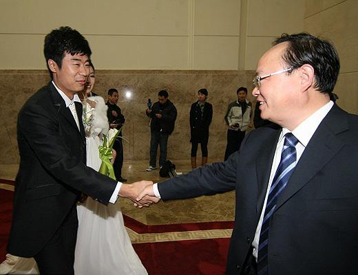 图文:[中超]韩鹏和甄珍大婚 韩鹏和韩公政