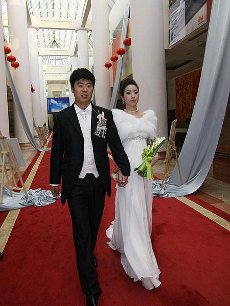 图文:[中超]韩鹏和甄珍大婚 韩鹏步入礼堂