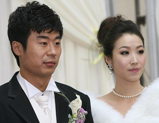 图文:[中超]韩鹏和甄珍大婚 韩鹏若有所思