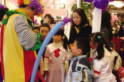 生日宴现场同学们玩得很开心