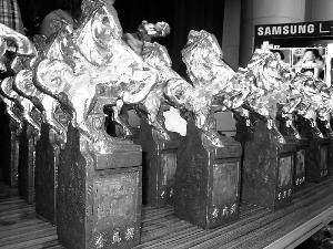 真的奖座表面镀了一层金,马座是铜制的,非常沉重,凹槽是为等着贴上获奖者姓名的金色方片。