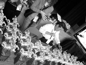 有记者试拿起真的金马奖座,发现果然很重。