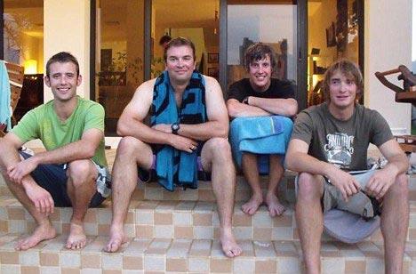 被伊朗扣押的五名英国船员中的四人,从左至右分别为萨姆、史密斯、卢克及奥利弗・杨。