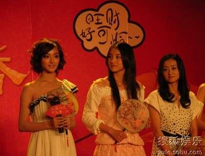 新四香接受采访(左一)殷叶子