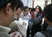 图文:[中超]广药队集中备战 谢志光被记者包围