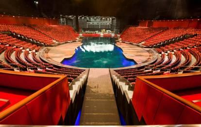 整个大型汇演动用约8个十吨升降台,可将「Theater of Dreams」剧院的水池变回陆上舞台。