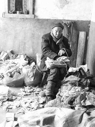 老人用捡破烂挣来的钱为村里做了不少好事