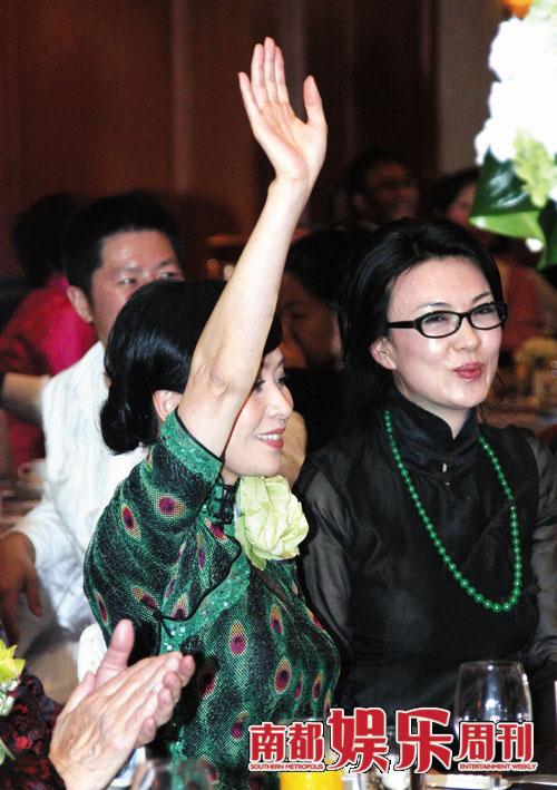 慈善竞拍:参加晚宴的刘嘉玲频频举手竞拍。