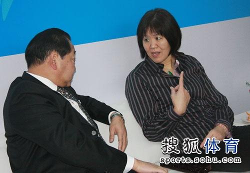 郎平与许海峰交谈