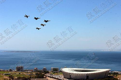战斗机列队飞过绿点体育场