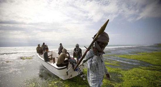 手持武器的索马里海盗。