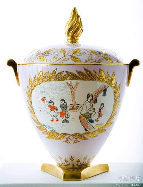 带有窦靖童、李嫣手绘图案的Trophy Vase