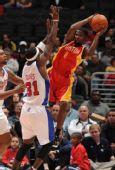 图文:[NBA]火箭战快船 跳起传球