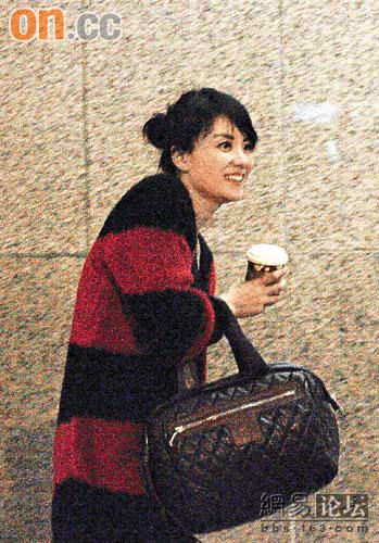 日前,王菲到香港购物,手中所拿依旧是Coco Cocoon!