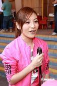 图文:歌手江若琳助威东亚运 侃侃而谈
