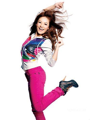 图文:歌手江若琳助威东亚运 运动女孩