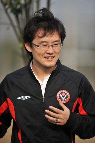 图文:[中超]成足备战新赛季 孙继海儒雅风范