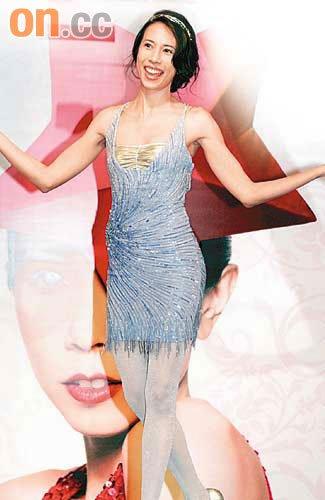 莫文蔚头戴价值95万港元钻饰,一身性感高贵打扮签约环球。