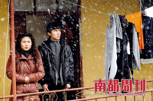 王雪和丈夫朱军在小旅馆中心焦望着外面的雪花。受央视新闻影响,新闻播出后第二天蒜价现货市场价格每斤下降3毛,许多蒜商对此十分不满。