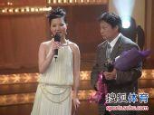 图文:2009中超颁奖典礼 美女提问